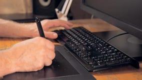 图形设计的设备 触摸屏笔、数字式片剂、黑键盘和计算机显示器 关闭在人 股票录像