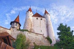 图恩城堡看法在石步附近的在瑞士 库存照片