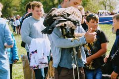 图拉9月, 16 2017年,俄罗斯-历史节日` Kulikovo领域` :老鹰坐猎鹰训练术手套 库存照片