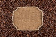 图框架由绳索制成用咖啡豆在麻袋布 库存图片