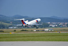 图波列夫斯洛伐克政府飞行服务图-154飞机从跑道离开 免版税库存照片