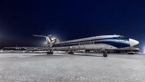 图波列夫Tu154m Alrolsa航空公司在机场停放了在晚上 库存图片