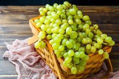 图片从上面的在木箱的绿色葡萄有桃红色布料的 图库摄影