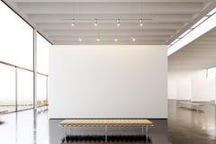 图片博览会现代画廊,露天场所 垂悬当代艺术博物馆的空白的白色空的帆布 内部顶楼 免版税库存照片