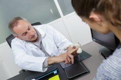 图片女性患者和医生 免版税库存照片