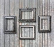 图片的被镀金的木制框架在生锈的墙壁上 免版税库存图片