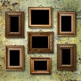 图片的被镀金的木制框架在老生锈的墙壁上 免版税库存图片