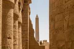 图特摩斯一世方尖碑在卡尔纳克寺庙,埃及的中心有砂岩专栏的 库存照片