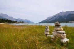 图由被堆的石头或冰砾象类人动物的石雕象制成 免版税库存图片