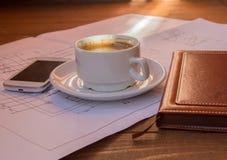 图画,项目,咖啡杯手机日志特写镜头选择聚焦 免版税库存照片