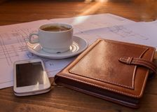 图画,项目,咖啡杯手机日志特写镜头选择聚焦 免版税图库摄影