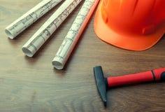 图纸卷和套建筑工具 免版税库存图片