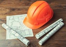 图纸卷和套建筑工具 免版税库存照片