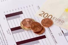 图表与欧元和硬币的图管理 免版税图库摄影