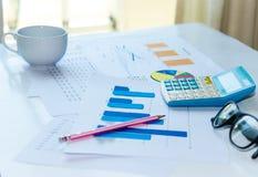 图表和计算器 免版税库存图片