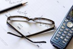 图表玻璃铅笔电话股票 免版税库存图片