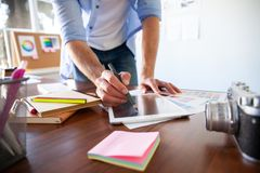 图表设计师与交互式笔显示、数字画的片剂和笔一起使用在计算机上 库存照片
