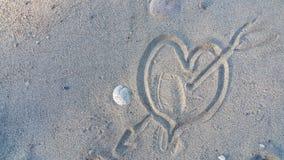 图被践踏的心脏在沙子 免版税图库摄影