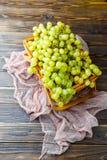 图象从上面的在木箱的绿色葡萄有桃红色布料的 图库摄影