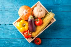 图象从上面的有秋天菜的木箱 免版税图库摄影