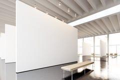 图象博览会现代画廊,露天场所 垂悬当代艺术博物馆的空白的白色空的帆布 内部顶楼样式 免版税库存照片