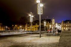 图象在安静的12月的晚上在桥梁与圣诞灯装饰的Sint Servaasbrug的 库存照片