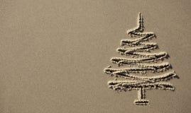 图象在沙子的圣诞树 免版税库存照片