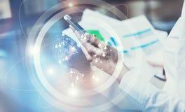 图象女商人佩带的白色衬衣,触摸屏现代智能手机 露天场所顶楼办公室 报告文件 免版税库存图片