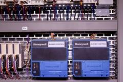 图象显示控制台室 霍尼韦尔电设备-在力量案件里面的燃烧器控制 免版税库存图片