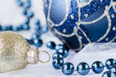 图象的关闭去金子和蓝色圣诞节装饰品 库存照片