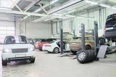 图象的汽车在车修理中心在莫斯科 免版税库存图片
