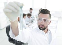 图象被弄脏 拿着有试剂的年轻科学家管 库存照片