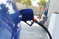 图象重新装满在汽车的燃料的燃料喷嘴 - 概念能量, 免版税库存照片