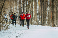 总图跑在森林小组人运动员的雪道 免版税库存图片