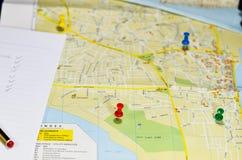 图钉和名单在地图 图库摄影