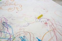 图画上色五颜六色的蜡笔油漆概念的儿童孩子 免版税库存图片