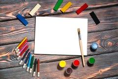 图画册页,刷子,蜡笔,手指油漆,彩色塑泥,土气背景 库存图片