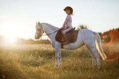 图画女孩马骑术系列导航西方通配 免版税图库摄影