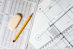 图画房子计划、统治者和铅笔在桌上 免版税库存图片
