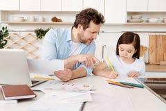 给图画诀窍的父亲他的女儿 免版税库存照片
