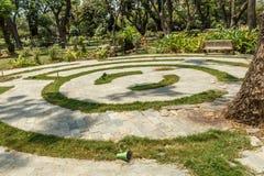 圆具体步鄹宽看法在一个绿色庭院,金奈,印度, 2017年4月01日里 库存照片