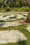 圆具体步鄹狭窄的看法在一个绿色庭院,金奈,印度, 2017年4月01日里 免版税图库摄影
