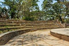 圆具体步鄹看法在一个绿色庭院,金奈,印度, 2017年4月01日里 库存图片