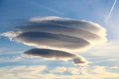 圆双突透镜的云彩 库存照片