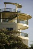 圆大厦分层了堆积塔和作用室,天susnset 库存图片