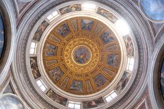 圆屋顶在Chigi教堂由Raphael,绘由弗朗切斯科Salviati的创作故事设计了在圣玛丽亚del教会里  免版税库存图片