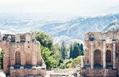 圆形剧场废墟的片段在陶尔米纳,西西里岛,意大利 免版税图库摄影