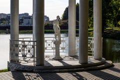 圆形建筑与公园雕塑在公园 免版税库存图片