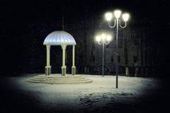 圆形建筑在冬天公园在晚上 免版税库存照片