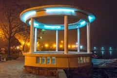 圆形建筑在海边大道夜有薄雾的波摩莱在保加利亚 免版税库存图片
